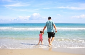 vater mit kind ausflug - die wickeltasche für männer darf nicht fehlen