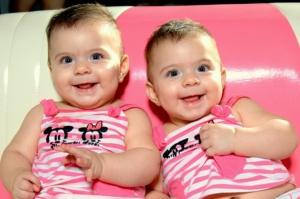 ältere zwillinge lachend - auch später kann die wickeltasche für zwillinge hervorragend weitergenutzt werden