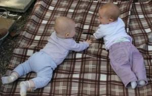 Zwei Babys auf einer Krabbeldecke