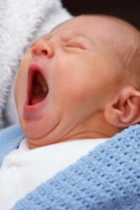 Neugeborenes Baby müde