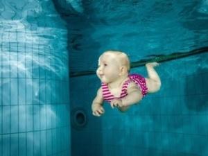 Baby unter Wasser