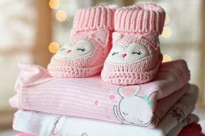 Kleider für das Baby in Kliniktasche packen